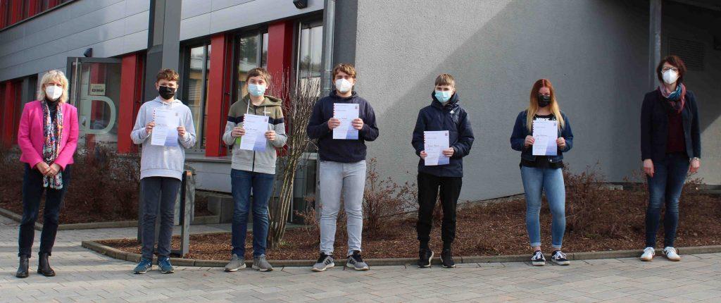 Siegerehrung (von links): Schulleiterin Andrea Rink. Lukas Sosna, Finn-Ole Christ, Jaspar Gabriel, Simon Rosin, Jana Holighaus und Kristin Grau.