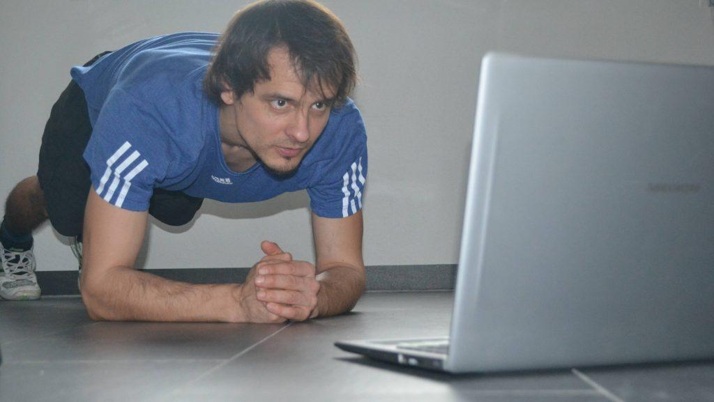 """Sport per Video: Lehrer Julian Heinz brachte Unterricht und Übungen auch """"online"""" gut rüber."""