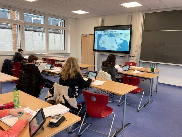 Digitaler Mathematikunterricht in der 10R3 im Klassenraum: Mit den schuleigenen iPads und dem ActivPanel können die Schülerinnen und Schüler weitgehend eigenständig arbeiten.