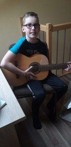 Max Treupel lernt klassische Gitarre und das funktioniert auch per Video .