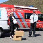 SIMPAthische Spende: Tabea Fey von der Firma Kettenbach überreicht Gemeindebrandinspektor Jochen Pfeifer Desinfektionsmittel.