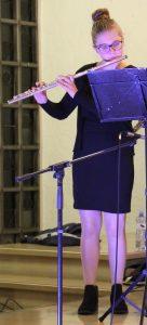 """Lernen bei der Landesmusikakademie: Kaja Giersbach – hier mit ihrer Querflöte bei einem Konzert der Holderbergschule – konnte als """"Musikmentorin"""" viele neue Eindrücke gewinnen."""