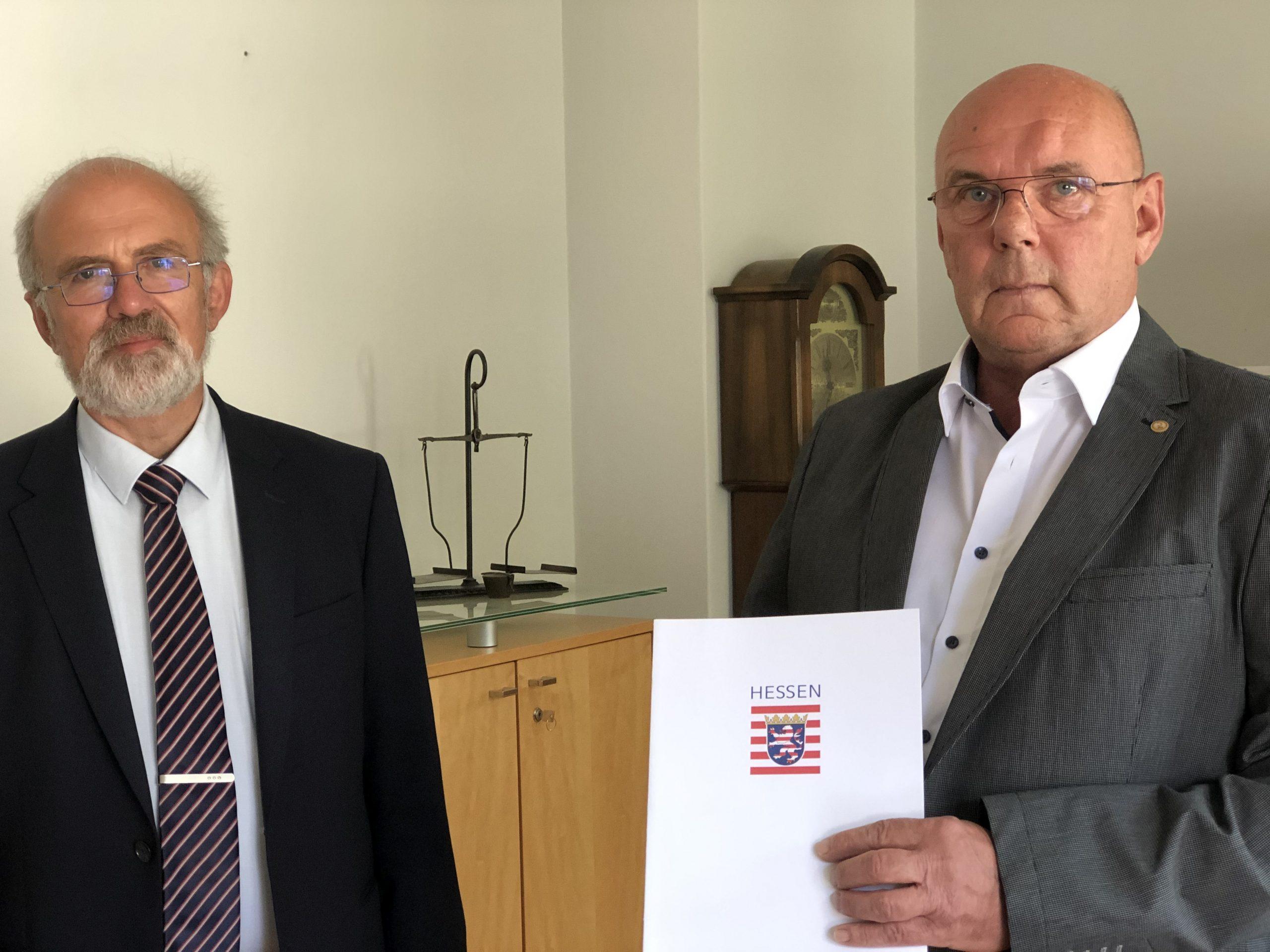 Wissenbachs Ortsgericht ist wieder komplett: Dietrich Sommer (rechts) erhält die Ernennungsurkunde aus der Hand des neuen Amtsgerichts-Direktors Reinhard Grün.